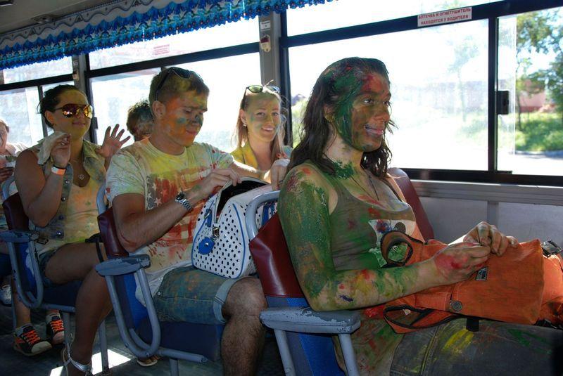 Радостные люди в автобусах Владивостока