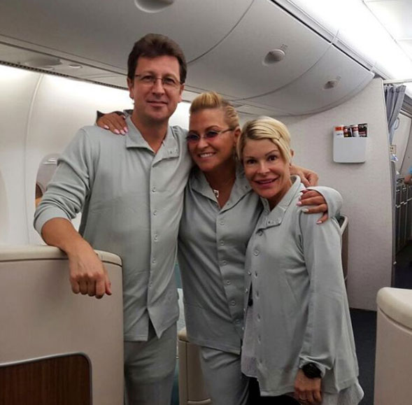 Анастейша в центре пижамной вечеринки на борту самолета